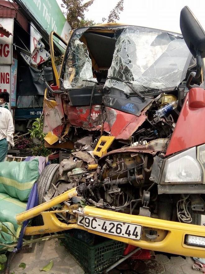 Clip: Xe cứu hộ đâm xe tải rồi lao vút vào nhà dân - Ảnh 2.