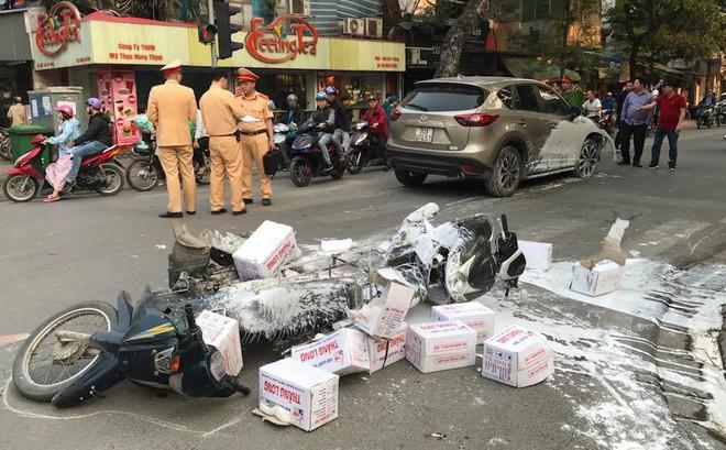 """Hà Nội: Xe ô tô Mazda CX5 """"hạ gục"""" 3 xe máy và 1 taxi"""
