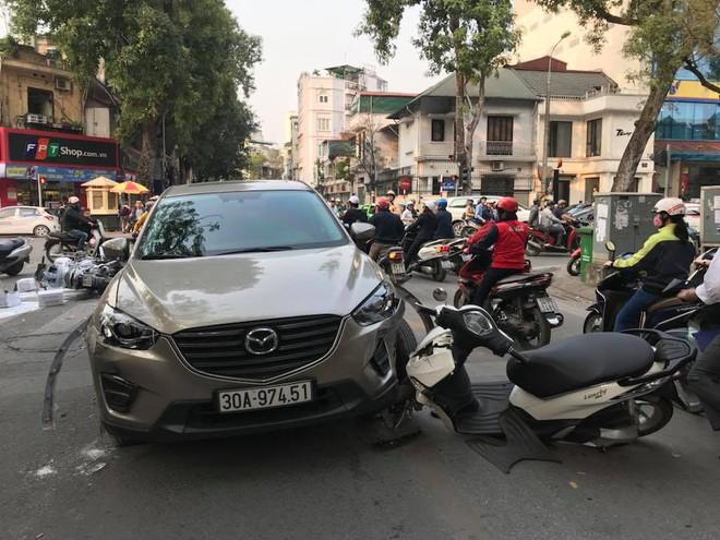 Hà Nội: Xe ô tô Mazda CX5 hạ gục 3 xe máy, 1 taxi - Ảnh 2.