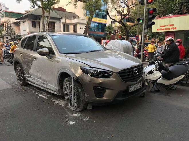 Hà Nội: Xe ô tô Mazda CX5 hạ gục 3 xe máy, 1 taxi - Ảnh 1.