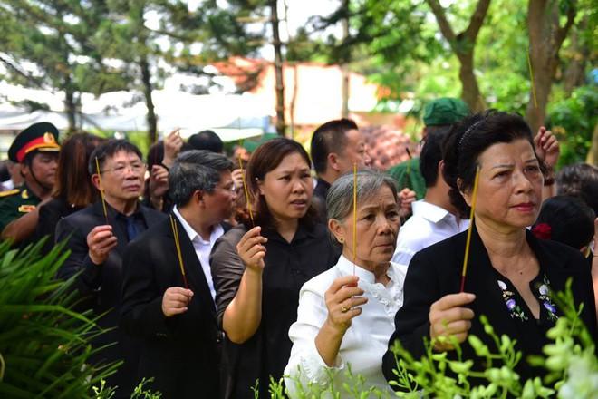 CHÙM ẢNH: Hoa và nước mắt trong ngày tiễn đưa cố Thủ tướng Phan Văn Khải về với đất mẹ - Ảnh 5.