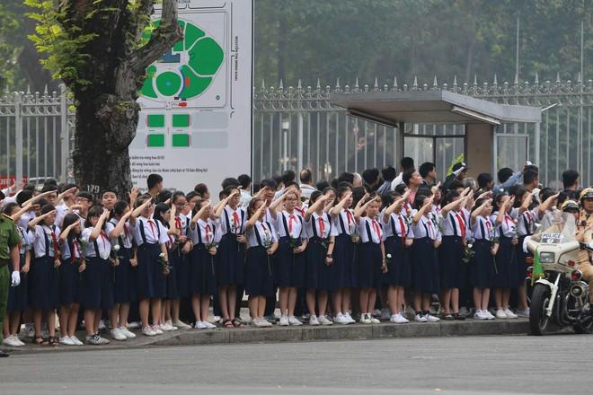 CHÙM ẢNH: Hoa và nước mắt trong ngày tiễn đưa cố Thủ tướng Phan Văn Khải về với đất mẹ - Ảnh 1.
