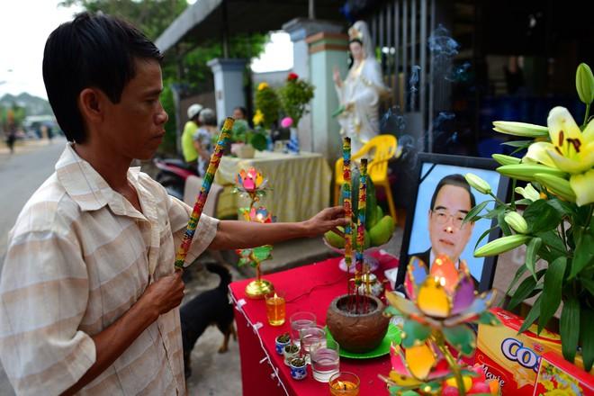 CHÙM ẢNH: Hoa và nước mắt trong ngày tiễn đưa cố Thủ tướng Phan Văn Khải về với đất mẹ - Ảnh 3.