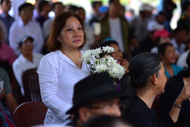 CHÙM ẢNH: Hoa và nước mắt trong ngày tiễn đưa cố Thủ tướng Phan Văn Khải về với đất mẹ - Ảnh 17.