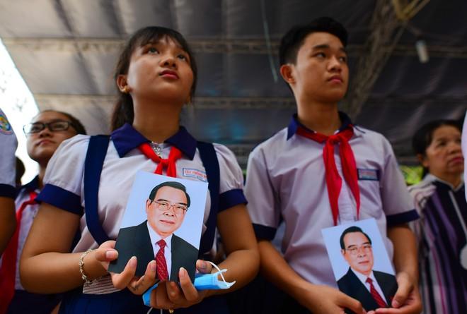 CHÙM ẢNH: Hoa và nước mắt trong ngày tiễn đưa cố Thủ tướng Phan Văn Khải về với đất mẹ - Ảnh 6.
