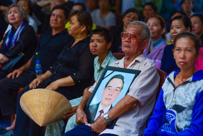 CHÙM ẢNH: Hoa và nước mắt trong ngày tiễn đưa cố Thủ tướng Phan Văn Khải về với đất mẹ - Ảnh 14.