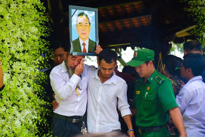 CHÙM ẢNH: Hoa và nước mắt trong ngày tiễn đưa cố Thủ tướng Phan Văn Khải về với đất mẹ - Ảnh 13.