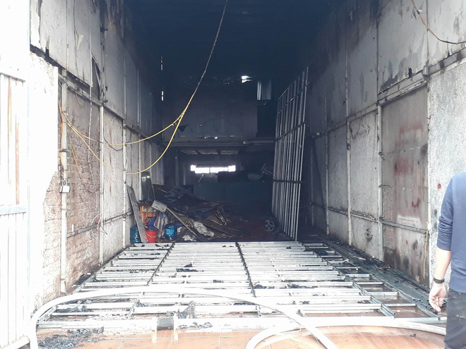 Hà Nội: Cháy lớn tại cửa hàng cơ khí do chập điện, cả khu phố mất điện náo loạn phá cửa cuốn cứu người mắc kẹt - Ảnh 1.
