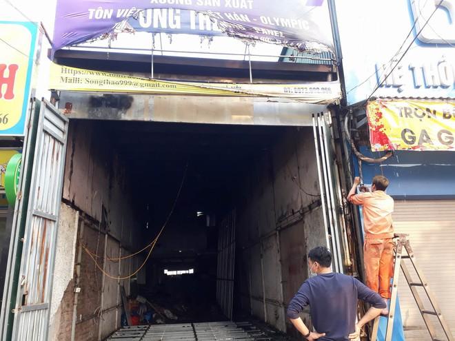 Hà Nội: Cháy lớn tại cửa hàng cơ khí do chập điện, cả khu phố mất điện náo loạn phá cửa cuốn cứu người mắc kẹt - Ảnh 2.