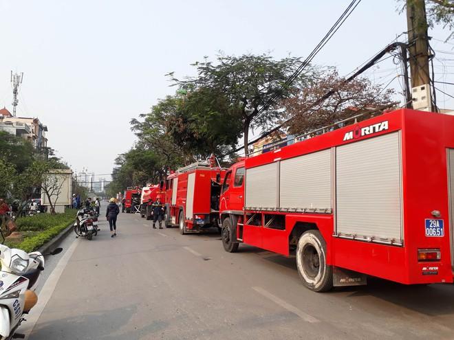 Hà Nội: Cháy lớn tại cửa hàng cơ khí do chập điện, cả khu phố mất điện náo loạn phá cửa cuốn cứu người mắc kẹt - Ảnh 3.