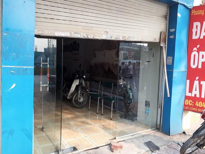 Hà Nội: Cháy lớn tại cửa hàng cơ khí do chập điện, cả khu phố mất điện náo loạn phá cửa cuốn cứu người mắc kẹt - Ảnh 4.
