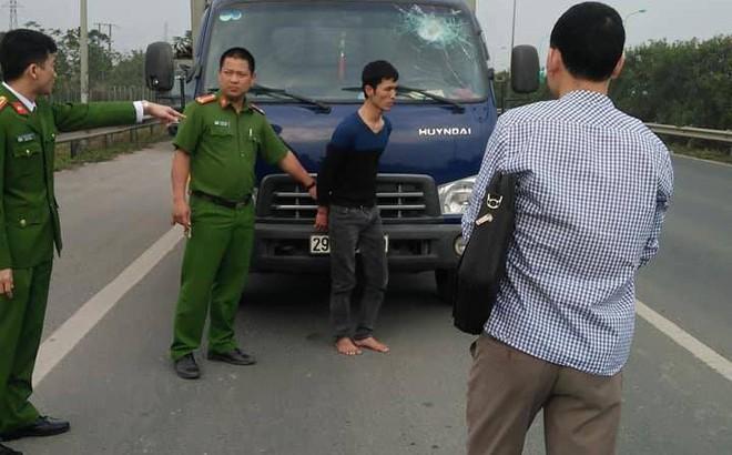 Ném vỡ kính xe tải trên đại lộ Thăng Long rồi bỏ chạy