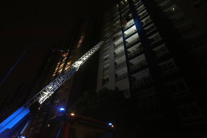 VIDEO: Làm thế nào để thoát nạn khi xảy ra cháy ở chung cư, nhà cao tầng? - Ảnh 2.