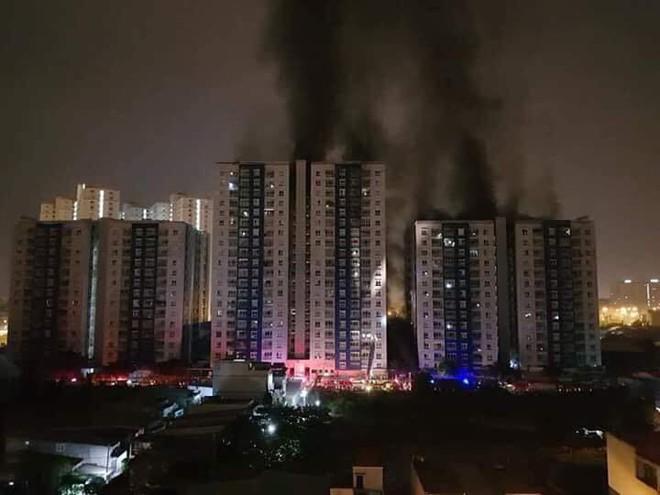 1 nạn nhân trong vụ cháy chung cư Carina chết não, 3 ca nguy kịch - Ảnh 1.