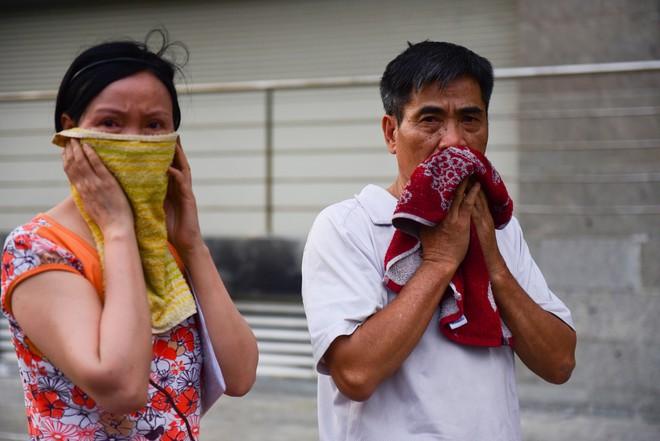 Người dân chung cư Carina Plaza mệt mỏi sau khi thoát khỏi đám cháy - Ảnh 10.