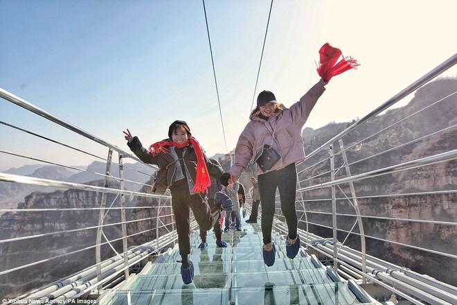 Cảnh tượng nhìn thôi đã bủn rủn chân tay: Cả trăm khách du lịch chen nhau trên cây cầu kính trong suốt dài nhất thế giới - Ảnh 6.