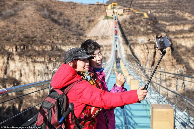 Cảnh tượng nhìn thôi đã bủn rủn chân tay: Cả trăm khách du lịch chen nhau trên cây cầu kính trong suốt dài nhất thế giới - Ảnh 8.