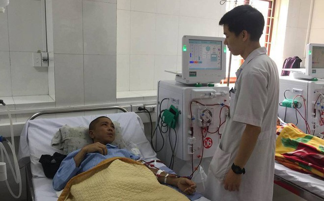 Hình ảnh đầu tiên về BS Hoàng Công Lương tham gia vận hành máy chạy thận nhân tạo trở lại