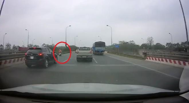 Người phụ nữ run rẩy, khóc lóc trên cao tốc và hành động nhận nghìn like của tài xế ô tô - Ảnh 1.