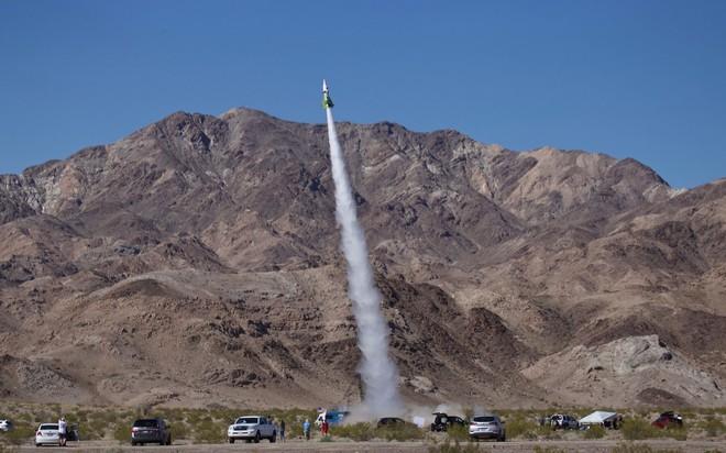 24h qua ảnh: Nhà khoa học Mỹ gắn người lên tên lửa để bay lên trời - Ảnh 2.