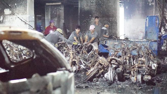 Hình ảnh xe Mercedes đắt tiền cháy nham nhở ở tầng hầm chung cư Carina - Ảnh 9.