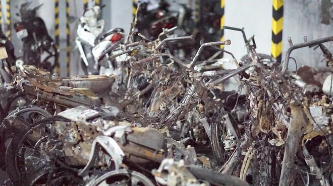 Hình ảnh xe Mercedes đắt tiền cháy nham nhở ở tầng hầm chung cư Carina - Ảnh 2.