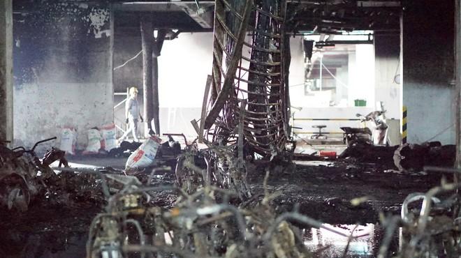 Hình ảnh xe Mercedes đắt tiền cháy nham nhở ở tầng hầm chung cư Carina - Ảnh 3.