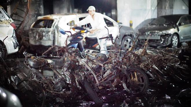 Hình ảnh xe Mercedes đắt tiền cháy nham nhở ở tầng hầm chung cư Carina - Ảnh 1.