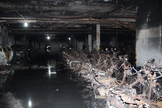 Hình ảnh xe Mercedes đắt tiền cháy nham nhở ở tầng hầm chung cư Carina - Ảnh 4.