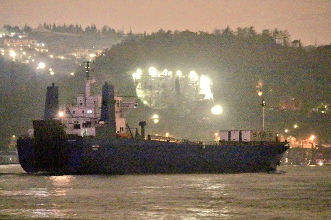 Nga bơm hàng nóng cho Syria: Tăng, thiết giáp, pháo hạng nặng ùn ùn cập cảng - Ảnh 2.