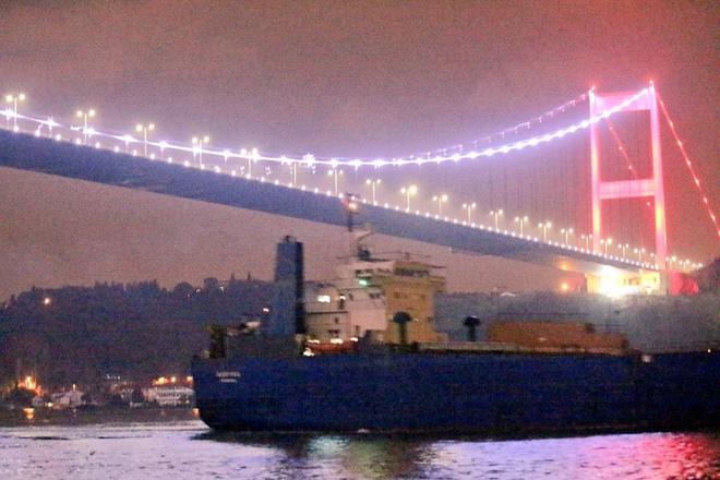Nga bơm hàng nóng cho Syria: Tăng, thiết giáp, pháo hạng nặng ùn ùn cập cảng - Ảnh 1.