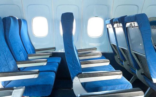Tại sao phần lớn ghế máy bay có màu xanh? Câu trả lời khiến nhiều người bất ngờ - Ảnh 1.