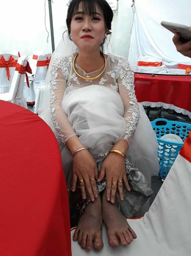 Bức ảnh cô dâu và đôi chân lấm lem khiến người xem vừa buồn cười vừa khó hiểu - Ảnh 1.