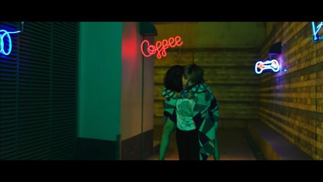 MV Người lạ ơi bản 16+: Xuất hiện nhiều cảnh nóng - Ảnh 6.