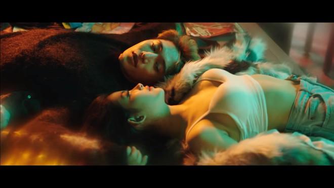 MV Người lạ ơi bản 16+: Xuất hiện nhiều cảnh nóng - Ảnh 8.