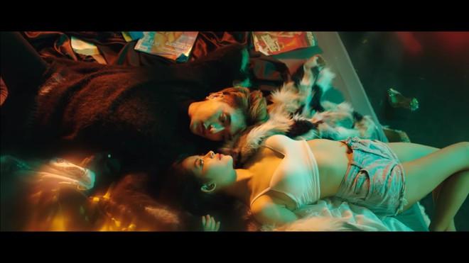 MV Người lạ ơi bản 16+: Xuất hiện nhiều cảnh nóng - Ảnh 9.