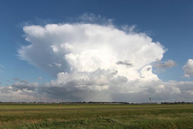 Không cần xem dự báo, đám mây kỳ dị này có thể tiết lộ hiểm họa từ trên không - Ảnh 2.
