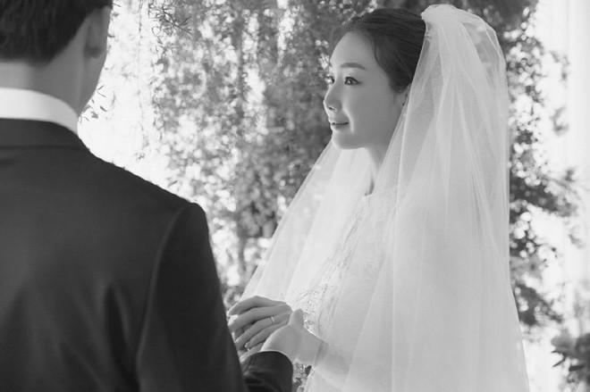 YG tung ảnh cưới hiếm hoi của đại mỹ nhân Choi Ji Woo: Cô dâu đẹp lộng lẫy, chú rể xuất hiện thoáng qua - Ảnh 3.