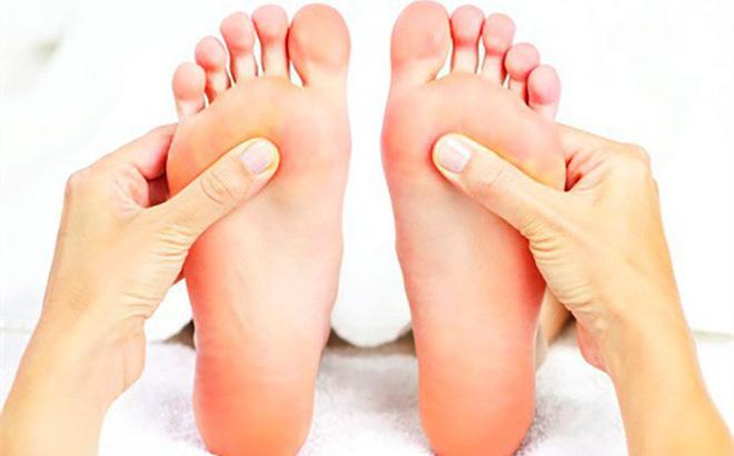 """3 đặc điểm trên bàn chân """"mật báo"""" những căn bệnh tiềm ẩn, đừng để bệnh nặng bạn mới biết"""