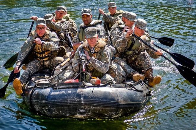 Cận cảnh binh sĩ Mỹ huấn luyện vượt mọi địa hình phức tạp - Ảnh 1.