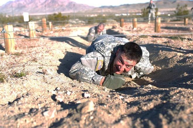 Cận cảnh binh sĩ Mỹ huấn luyện vượt mọi địa hình phức tạp - Ảnh 2.