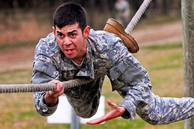 Cận cảnh binh sĩ Mỹ huấn luyện vượt mọi địa hình phức tạp - Ảnh 7.