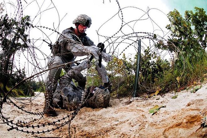 Cận cảnh binh sĩ Mỹ huấn luyện vượt mọi địa hình phức tạp - Ảnh 9.