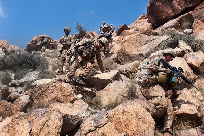 Cận cảnh binh sĩ Mỹ huấn luyện vượt mọi địa hình phức tạp - Ảnh 10.
