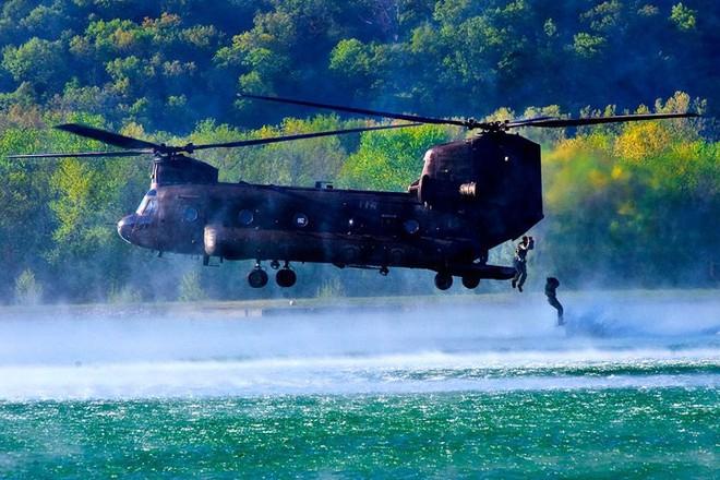 Cận cảnh binh sĩ Mỹ huấn luyện vượt mọi địa hình phức tạp - Ảnh 13.