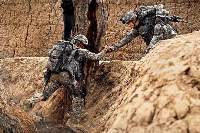 Cận cảnh binh sĩ Mỹ huấn luyện vượt mọi địa hình phức tạp - Ảnh 14.