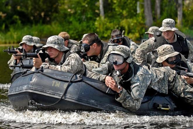 Cận cảnh binh sĩ Mỹ huấn luyện vượt mọi địa hình phức tạp - Ảnh 15.