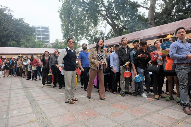 Người dân Hà Nội xếp hàng 7 tiếng đồng hồ săn vé máy bay giá 0 đồng  - Ảnh 1.