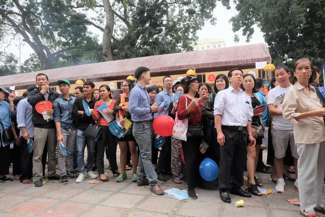 Người dân Hà Nội xếp hàng 7 tiếng đồng hồ săn vé máy bay giá 0 đồng  - Ảnh 2.