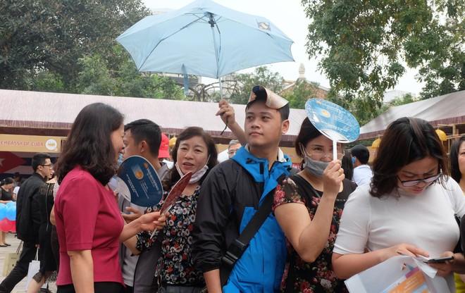 Người dân Hà Nội xếp hàng 7 tiếng đồng hồ săn vé máy bay giá 0 đồng  - Ảnh 7.